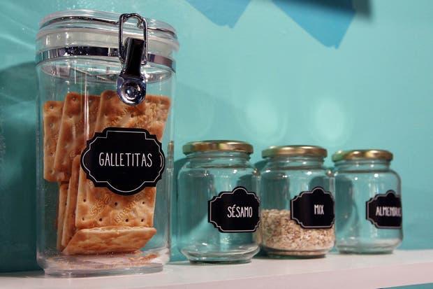 Dan ganas de reutilizar frascos y botellas para aplicarles las divertidas etiquetas de Etiquecosas.  /Matías Aimar