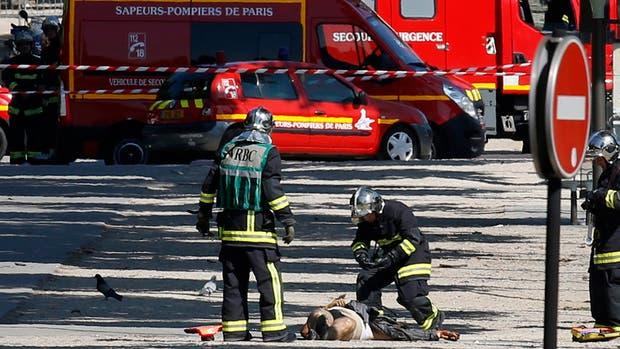 El agresor, que embistió con su auto cargado de explosivos y armas una camioneta policial, murió luego del ataque