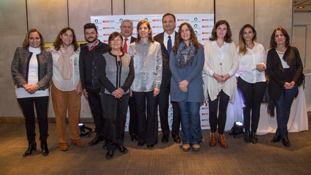Ganadores del Premio a la Gestión Solidaria y autoridades de la revista Chacra y el Galicia