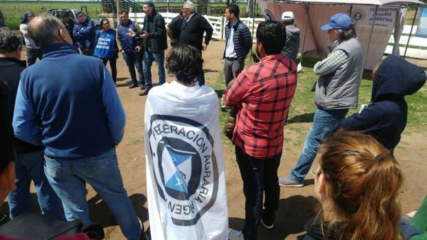 Los productores de FAA en la asamblea en la entrada del campo militar