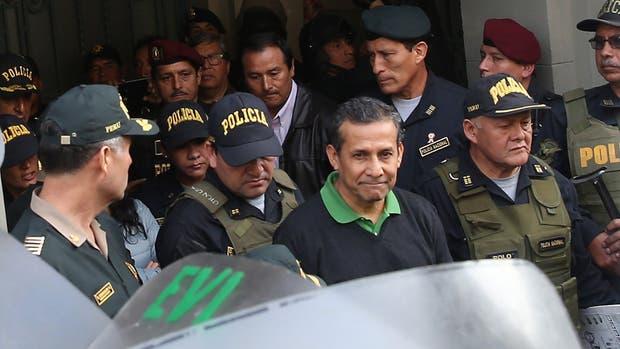 Humala, ayer, al salir del Palacio de Justicia para ser trasladado a una cárcel de Lima