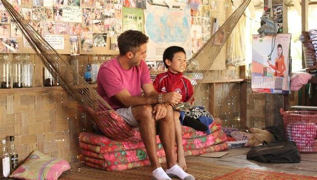 Gonzalo Erize con Saun, el primer chico que rescató, en Laos