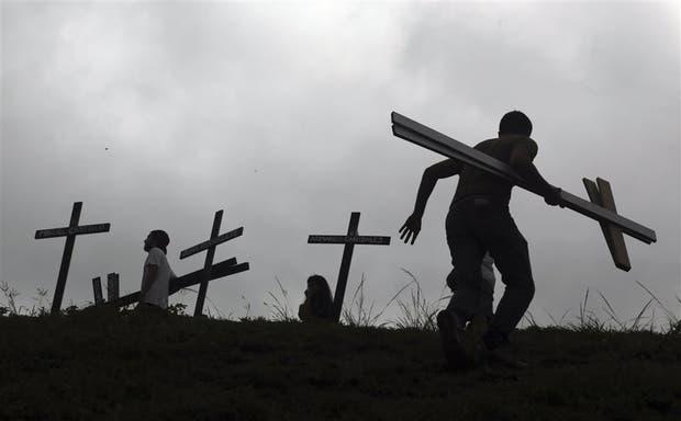 Al costado de una autopista caraqueña, decenas de cruces recordaron ayer a las víctimas mortales de las protestas