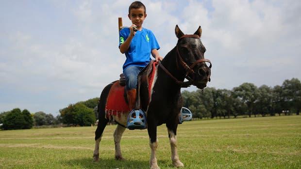 El pequeño Salvador, montado en Eva Luna, una petisa tobiana