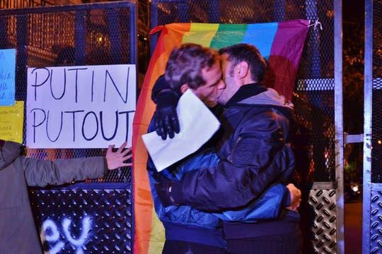 Una besada pública de homosexuales expresó el repudio a la política de Putin. Foto: Facebook/guillermo.djlaz
