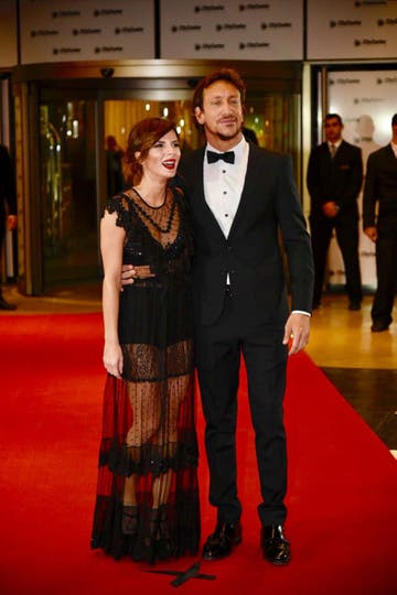 Gimena Accardi y Nico Vázquez pasaron por la red carpet. La actriz llegó con un vestido negro diseñado por China by Antolín en color negro, con brillos y transparencias. Vázquez optó por un smoking entallado en color negro . Foto: LA NACION / Marcelo Manera