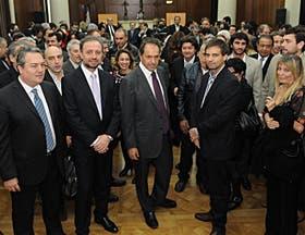 Scioli y su equipo recibieron ayer a los periodistas en un salón del Banco Provincia