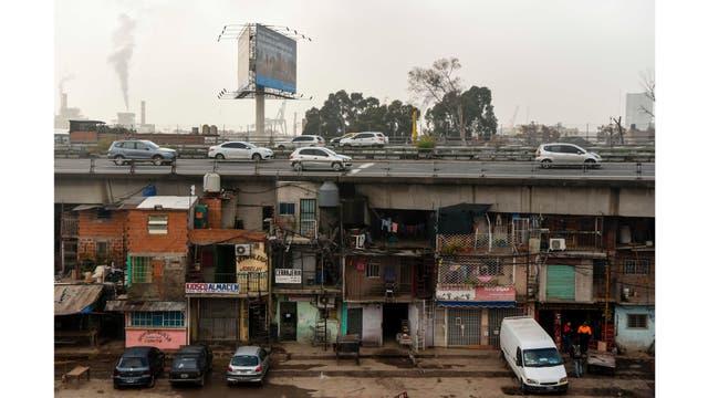 Los coches circulan en la autopista Illia, sobre la Villa 31 en Buenos Aires, Argentina