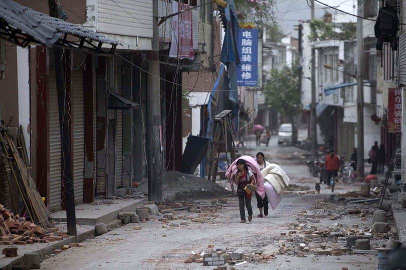 Edificios destruídos, casas desmoronadas, escombros en las calles y la gente escapando de la tragedia. Foto: AP