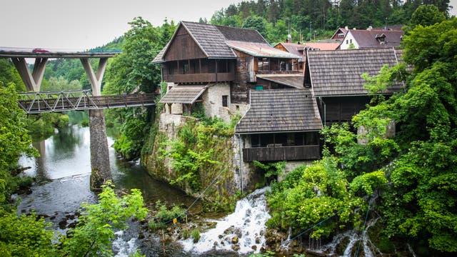 Rastoke, el pueblo de las cascadas, se encuentra en el camino entre Zagreb y Split. Los cursos de agua bajan desde las montañas y pasan entre las viviendas familiares; en muchas casas se utiliza la corriente del río para el funcionamiento de molinos. En el río se puede practicar rafting