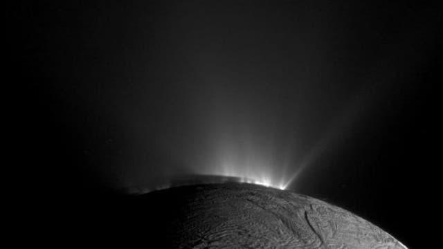 Una de las cámaras de Casssini obtuvo esta imagen en 2010 donde se ve una erupción de chorros de agua en el polo sur de Encélado.
