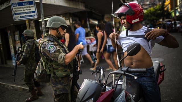Las tropas de reacción rápida BEPE, de Brasil, en la favela Rocinha