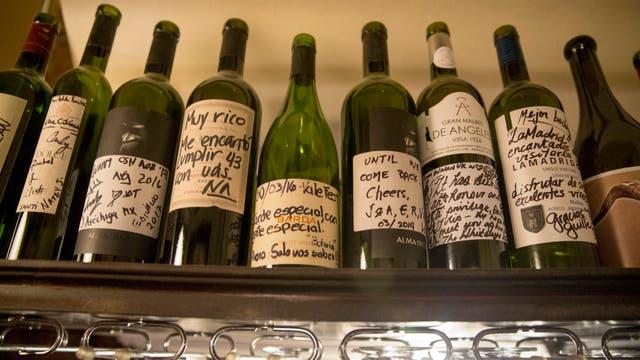 Las botellas firmadas decoran el salón y le dan fama internacional