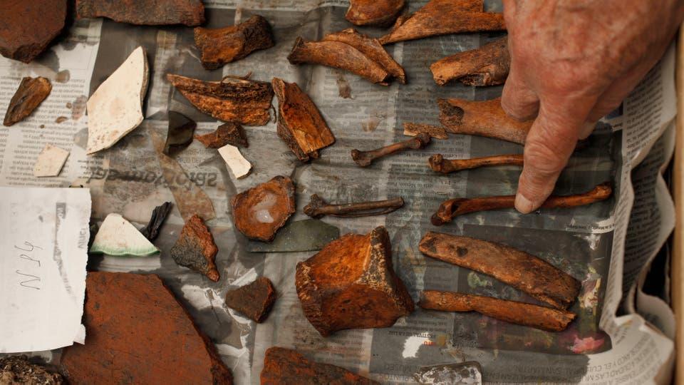Elementos oxidados pertenecientes a diferentes objetos fueron encontrados en el pozo. Foto: LA NACION / Hernán Zenteno