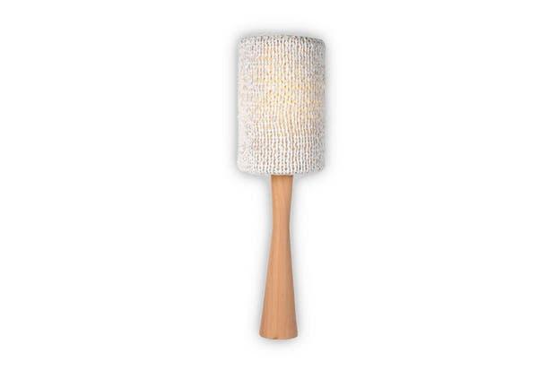 Lámpara Cono con base torneada en madera de lenga y terminación de laca. La pantalla tiene una funda tejida en blanco (Griscan).  Foto:Living