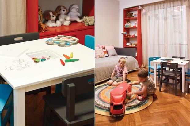 Mesa de dibujo con sillas laqueadas en color turquesa y gris (El círculo de las Vitamintas). Sobre la mesa, marcadores de doble punta (Faber-Castell)..