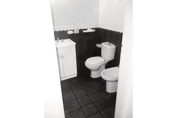 """El baño gritaba """"años 80"""": cerámico negro desde el piso hasta media altura en la pared, rematado con un listón ondulado y azulejos en diagonal. ."""