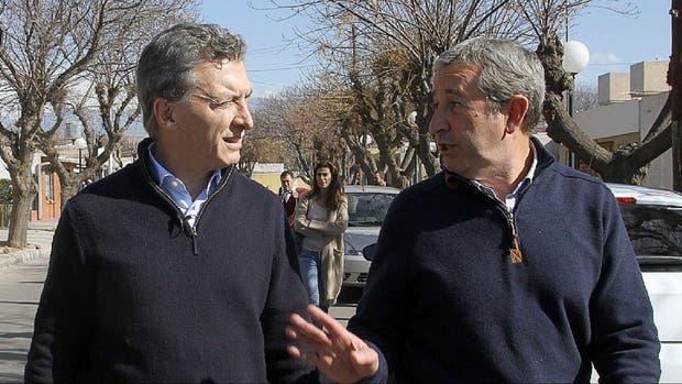 Macri y Cobos, durante la campaña electoral, en una recorrida por Mendoza