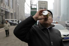 El multimillonario chino creó latas de aire fresco para quienes quisieran escapar de los peligrosos niveles de polución que alcanzó la capital