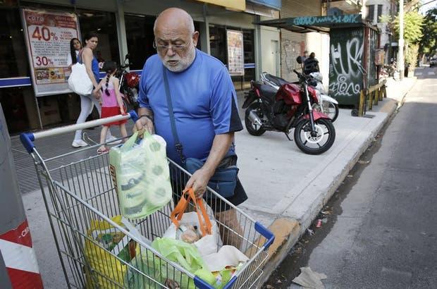 En un supermercado de Colegiales algunos clientes ya combinan bolsas que compran en el lugar con otras que llevan desde la casa