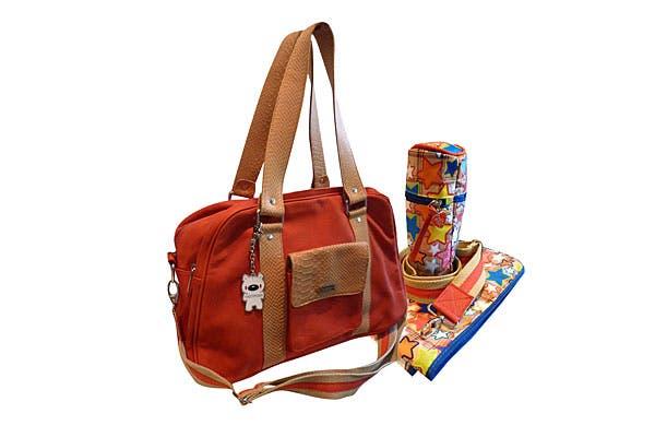 En cuero. Un bolso para llevar las cosas del bebé, forrada en tela impermeable, con varios compartimentos. Viene con cambiador y portamamaderas térmico (Theodosia, $1550).