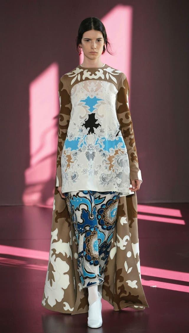 Encajes intrincados, paños de lana y plumas incrustadas, la propuesta de Piccioli para Valentino