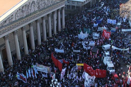 Miles de personas se acercaron a la plaza para escuchar al líder de la CGT. Foto: LA NACION / Sebastián Rodeiro