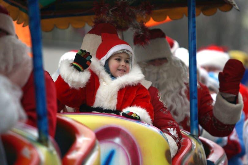 Un niño vestido de Santa Claus disfruta de un desfile navideño en Minsk (Bielorrusia). Foto: EFE