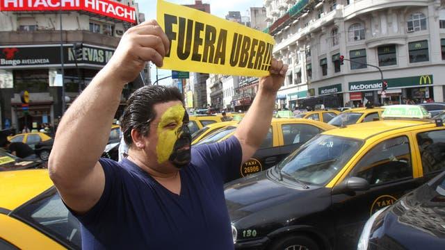 Masiva protesta de taxistas contra Uber, en junio del año pasado