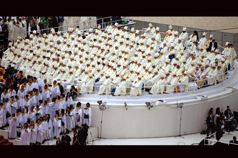 Religiosos escuchan al Papa. Foto: AFP