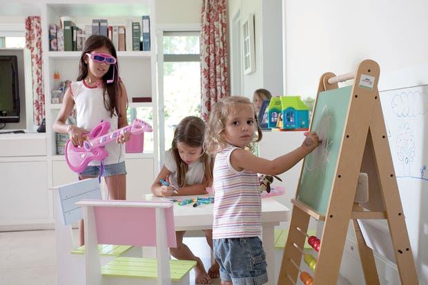 El playroom se conecta con el comedor diario. El mueble que divide ambos ambientes cuenta con múltiples espacios de guardado, a la medida de las necesidades cotidianas de la familia.  Foto:Living /Daniel Karp
