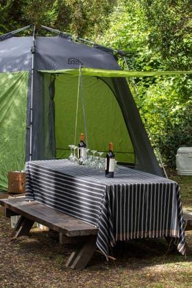 La mesa está servida en el campamento. Foto: Gustavo Castaing