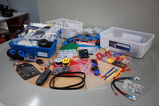Una vista de los robots de Playbots, realizados con los kits de RobotGroup. Foto: LA NACION / Sebastián Rodeiro