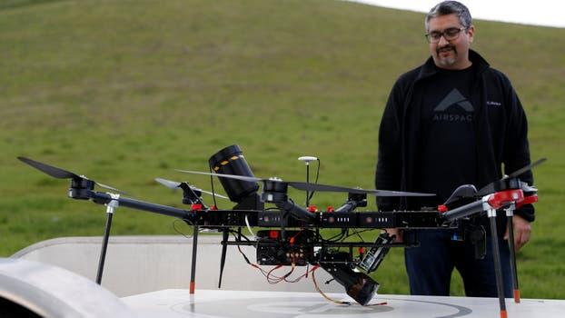 Jaz Banga, cofundador y CEO de Airspace, junto al cazador de drones Interceptor. Foto: Reuters