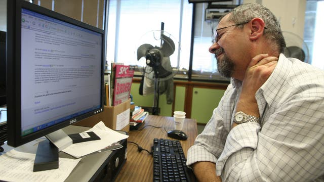 La mala postura frente a la PC o al usar el celular pueden ocasionar contracturas y dolores de espalda
