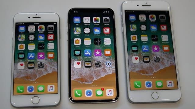 Un iPhone X (pantalla de 5,8 pulgadas) entre un iPhone 8 (pantalla de 4,7 pulgadas) y un iPhone 8 Plus (pantalla de 5,5 pulgadas)