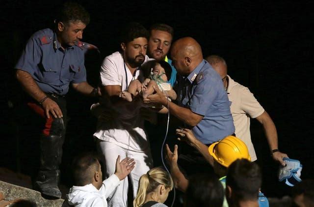 Un bebé de siete meses es rescatado de los escombros en Casamicciola