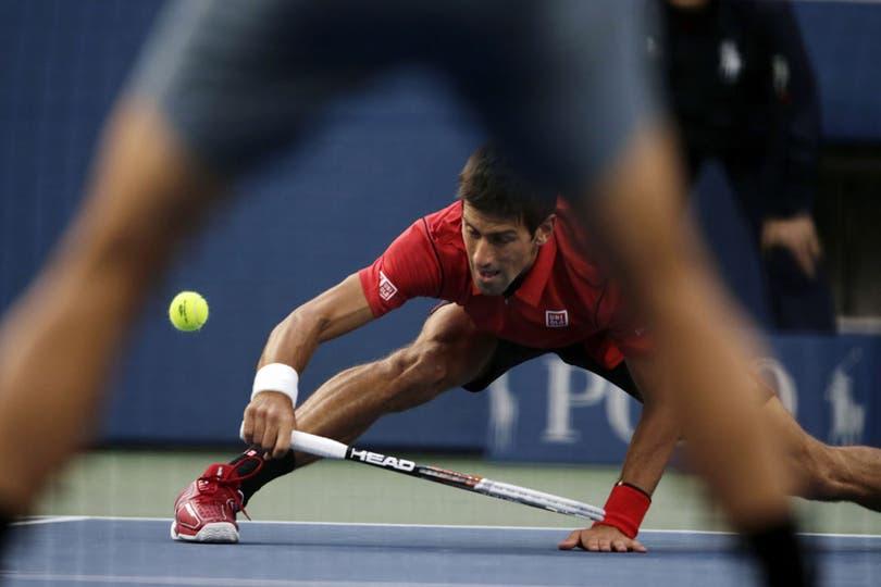 Nole Djokovic y otra prueba del hombre de goma en la final ante Rafa NAdal. Foto: AP
