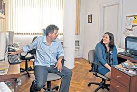Daniel Franco y Paula Simkin trabajan en la agencia de prensa que crearon cuando eran pareja