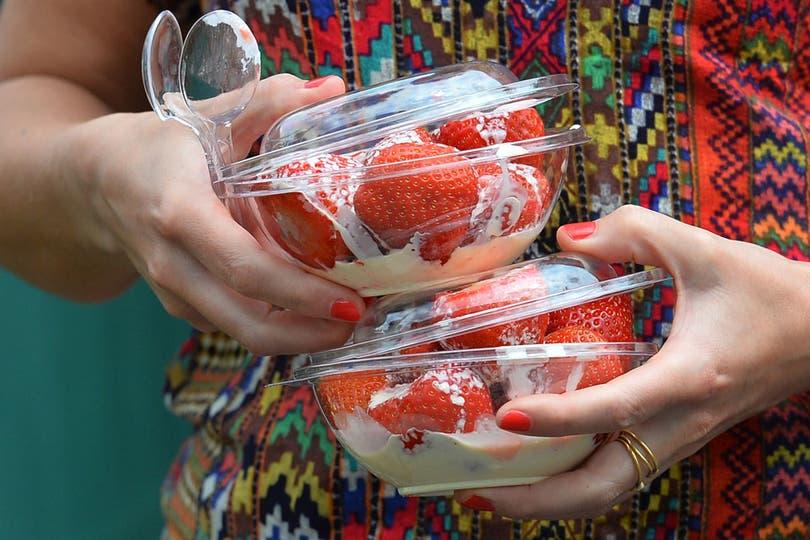 La comida más tradicional del All England. Las famosas frutillas con crema. Cada bowl que se ve en la foto sale aproximadamente 20 pesos argentinos. Foto: AFP