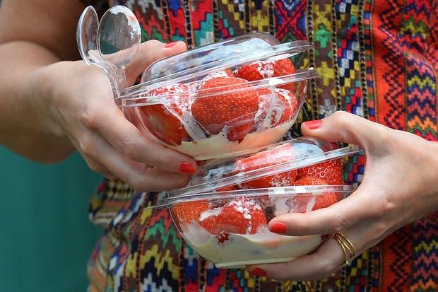 La comida más tradicional del All England. Las famosas frutillas con crema. Cada bowl que se ve en la foto sale aproximadamente 20 pesos argentinos.  Foto:AFP