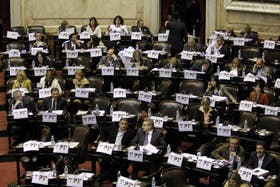 En la segunda jornada de debate por YPF, el kirchnerismo preparó carteles y festejos