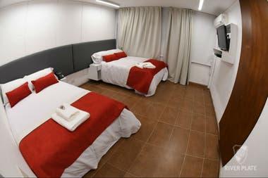 Hay 12 habitaciones en la concentración, con TV, aire acondicionado, escritorios y puertos USB al lado de las camas