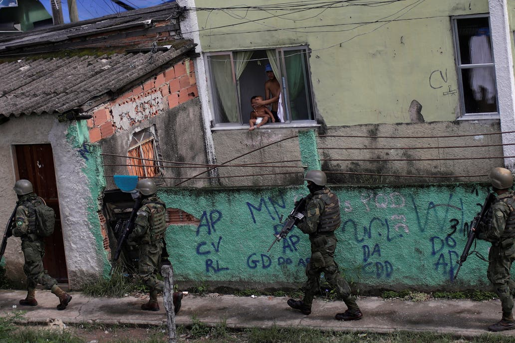Más de 3 mil militares 'cazan' a narcos en favela de Brasil