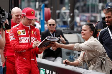 Charles Leclerc, de Ferrari, firma un autógrafo.