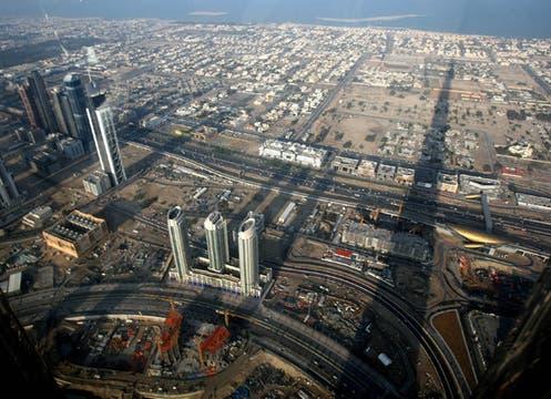 Con 160 pisos, 800 metros de altura y visible a 95 km. de distancia quedó inaugurada la torre Burj Dubai.. Foto: AFP