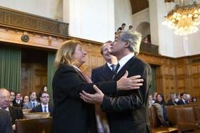 Susana Ruiz Cerutti se abraza con el embajador uruguayo Carlos Mora Medero, luego de la lectura de la sentencia en la Corte de La Haya