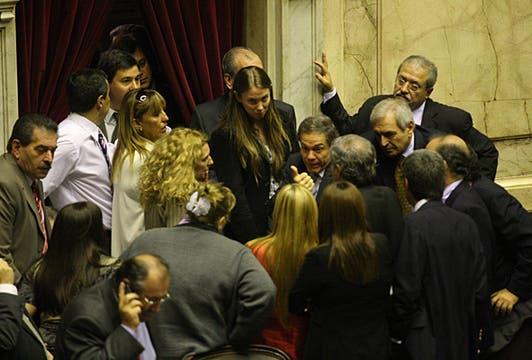 Los diputados disgustados al levantarse la sesión. Foto: LA NACION / Ricardo Pristupluk