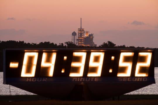 Reloj que muestra la cuenta regresiva para el lanzamiento del Transbordados Atlantis en Cabo Cañaveral. Foto: AFP