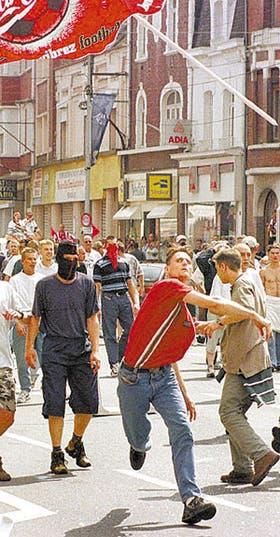 Hinchas alemanes hacen destrozos en Lens, durante el último Mundial